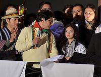 BOGOTÁ -COLOMBIA. 13-12-2013. , Gustavo Petro, el destituido alcalde de Bogotá habla a su hija durante acto con sus seguidores que se reunenieron en la Plaza de Bolívar, hoy 13 de diciembre, frente al Palacio de Liévano para rechazar la decisión de la procuraduría General de la Nacion que deja a la capital de Colombia sin gobernante./ Gustavo Petro, removed mayor of Bogota speaks to his daugther during the event with his supporters who met at Bolivar square, today  December 13, in front of Lievano Palace to protest for the decision of the General Attorney of Nation thet let thecolombian capital without mayor. Photo: VizzorImage/Gabriel Aponte/ Str