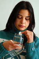 Ragazza prende aspirina contro influenza. Girl takes aspirin against flu....