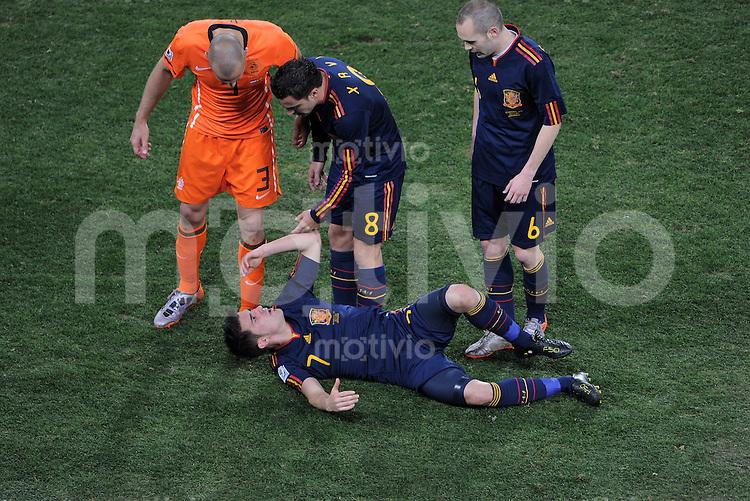 FUSSBALL WM 2010  FINALE   11.07.2010 Holland - Spanien nach dem Foul, John HEITINGA (Holland) am Boden David VILLA (Spanien)