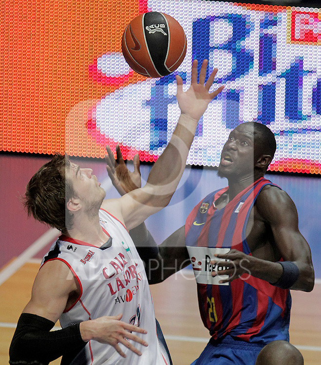 Caja Laboral Baskonia's Tiago Splitter (l) and FC Barcelona's Boniface Ndong during ACB Finals match. June 15,2010. (ALTERPHOTOS/Acero)