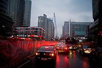 Traffico all'ora di punta in una zona dove si stanno costruendo nuovi palazzi.<br /> Peak hours traffic.