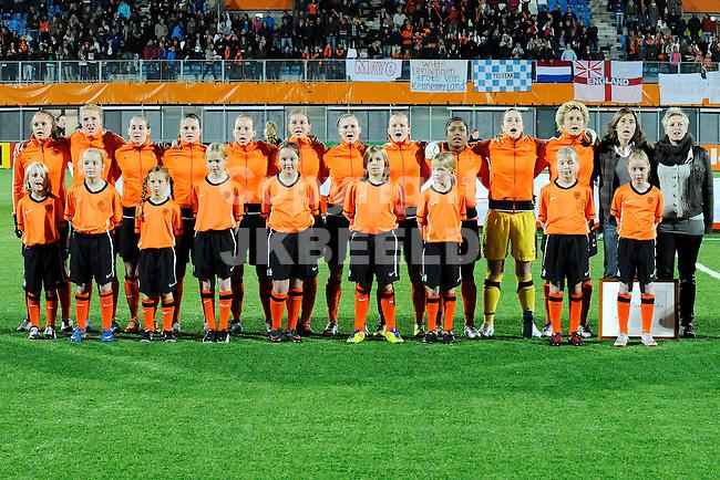ZWOLLE - Voetbal,  Nederland - Engeland,  EK kwalificatie 2013 vrouwen, 27-10-2011 line up Nederland bij volkslied.