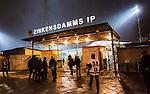Stockholm 2015-01-30 Bandy Elitserien Hammarby IF - Sandvikens AIK :  <br /> Publik utanf&ouml;r huvudentr&eacute;n till Zinkensdamms IP inf&ouml;r matchen mellan Hammarby IF och Sandvikens AIK <br /> (Foto: Kenta J&ouml;nsson) Nyckelord:  Elitserien Bandy Zinkensdamms IP Zinkensdamm Zinken Hammarby Bajen HIF Sandviken SAIK utomhus exteri&ouml;r exterior supporter fans publik supporters