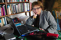 UNGARN, 04.2011. Budapest - VIII. Bezirk. Agnes Heller, Philosophin und Professorin, am Arbeitstisch in ihrer Wohnung am Gutenberg Platz. | Agnes Heller, philosopher and professor, working in her flat at Gutenberg square.<br /> © Martin Fejér/EST&OST
