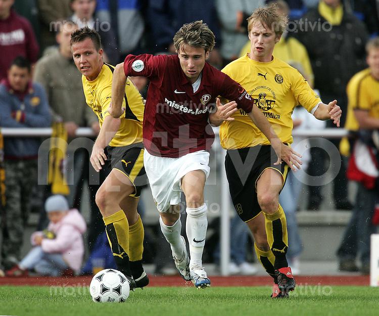 Fussball, Testspiel, 1. FC Dynamo Dresden - VfB Auerbach, Samstag (07.10.06). Dresdens Kevin Wittke (M.) gegen Steffen Vogel (l.) und Thomas Pannael.