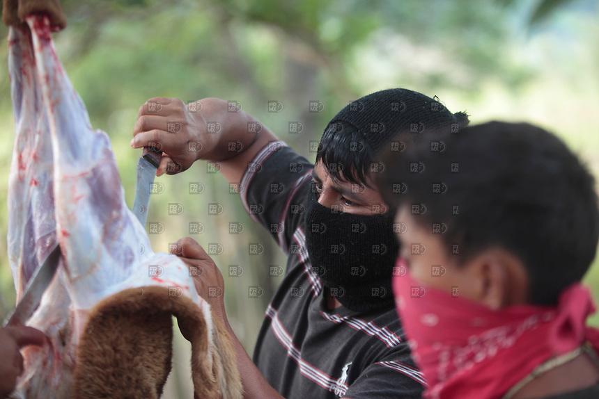 ROBERTO BARRIOS, CHIAPAS. Diciembre 27, 2013. Miembros del Ej&eacute;rcito Zapatista de Liberaci&oacute;n Nacional (EZLN) durante el primer d&iacute;a de la Escuelita Zapatista en el Caracol V que habla para todos, Roberto Barrios en Chiapas, el 27 de diciembre de 2014. El EZLN realiz&oacute; la segunda jornada de la Escuelita Zapatista para alumnos de todo el mundo.   FOTO: ALEJANDRO MEL&Eacute;NDEZ<br /> <br /> DEL TRABAJO, CHIAPAS. Diciembre 28, 2013. Members of the Zapatista Army of National Liberation (EZLN) during Escuelita Zapatista community, Del Trabajo, belonging to Caracol V talking to everyone, Roberto Barrios in Chiapas, the Dec. 28, 2014. The EZLN made the second round of the Zapatista Escuelita for learners around the world. PHOTO: ALEJANDRO MELENDEZ