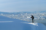Skieurs sur la banquise à côté de Tiniteqilaq. Groënland (côte Est). Région d'Angmagssalik (Ammasalik ou Tassilaq). Skier on the ice floe nearby Tiniteqilaq Greenland (East coast).
