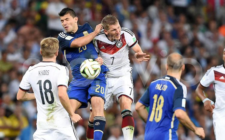 FUSSBALL WM 2014                FINALE Deutschland - Argentinien     13.07.2014 Sergio Agueero (li, Argentinien) gegen Bastian Schweinsteiger (re, Deutschland)