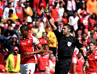 BOGOTÁ-COLOMBIA, 11–08-2019: Jorge Andrés Tabares, árbitro muestra tarjeta amarilla a Fainer Torijano de Independiente Santa Fe, durante partido de la fecha 5 entre Independiente Santa Fe y Patriotas Boyacá, por la Liga Águila II 2019, jugado en el estadio Nemesio Camacho El Campín de la ciudad de Bogotá. / Jorge Andrés Tabares, referee shows yellow card to Fainer Torijano of Independiente Santa Fe, during a match of the 5th date between Independiente Santa Fe and Patriotas Boyacá, for the Aguila Leguaje II 2019 played at the Nemesio Camacho El Campin Stadium in Bogota city, Photo: VizzorImage / Luis Ramírez / Staff.