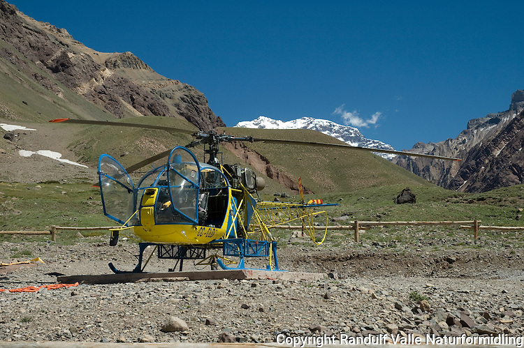 Helikopter ved inngangen til Aconcagua Provincial Park ved Horcones. ----- Helicopter at the entrance to  Aconcagua Provincial Park at Horcones.