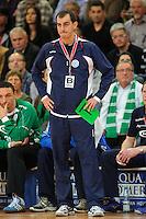 Trainer Emir Kurtagic (VFL) verfolgt angespannt das Spiel von der Seitenlinie