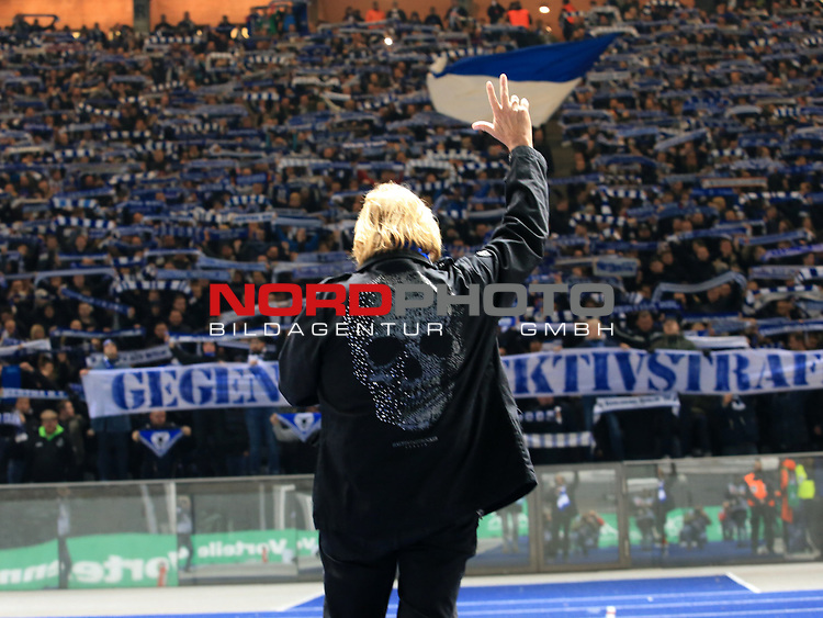 03.11.2018, OLympiastadion, Berlin, GER, DFL, 1.FBL, Hertha BSC VS. RB Leipzig, <br /> DFL  regulations prohibit any use of photographs as image sequences and/or quasi-video<br /> <br /> im Bild Frank Zander, vor Hertha-Fankurve<br /> <br />       <br /> Foto &copy; nordphoto / Engler