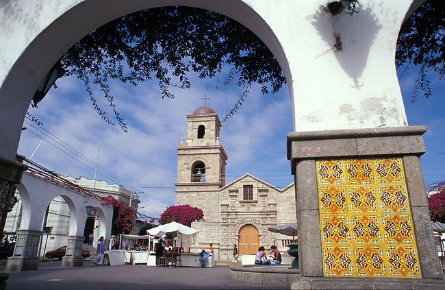 La Serena, marche et eglise Santo Domingo, XVII s. *** Market square and San Domingo church (XVIIc.) in La Serena, Chile.