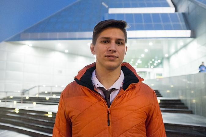 Andrej Rodionov vor der Rigaer Universit&auml;tsbibliothek. Rodionov studiert an der Universit&auml;t in Riga Wirtschaft und sagt von sich selber, er sei aus politischen Gr&uuml;nden emigriert. <br /> <br /> Seit einigen Jahren wandern vermehrt Russen in das benachbarte Lettland aus - derzeit sind 50.000 russische Staatsb&uuml;rger in Besitz einer st&auml;ndigen Aufenthaltsgenehmigung in dem baltischen Land.<br /> Seitdem Lettland 2004 Teil der Europ&auml;ischen Union ist, sind etwa zehn Prozent der Letten ins emigriert. In der Hauptstadt Riga bieten sich f&uuml;r junge Zuwanderer besonders auch beruflich aussichtsvolle Perspektiven.