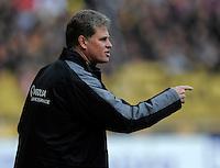 Fussball, 2. Bundesliga, Saison 2011/12, SG Dynamo Dresden - Eintracht Braunschweig, Samstag (07.04.12), gluecksgas Stadion, Dresden. Dresdens Trainer Ralf Loose gestikuliert.