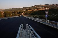 Una strada che dovrebbe collegare la fondovalle del Biferno con Campobasso. Per  7 chilometri di strada ci sono voluti 35 anni.