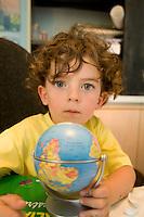 homeschooling, educazione parentale. homeschooling, educazione parentale. Nicholas gioca con il mappamondo
