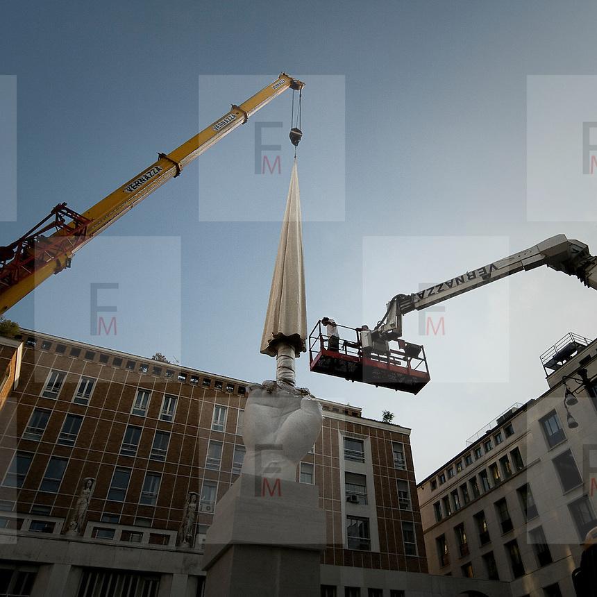 L'installazione del dito medio di Maurizio Cattelan in piazza Affari a Milano di fronte al palazzo della Borsa.<br /> <br /> The middle finger installation of Maurizio Cattelan in front of the Stock Exchange building in Piazza Affari.