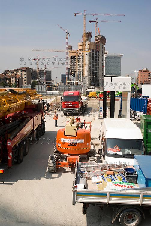 """milano, progetto di riqualificazione dell'area di porta nuova. il cantiere varesine --- milan, requalification project of the """"porta nuova"""" area. the """"varesine"""" yard"""