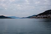 Ein Blick auf die Bucht von Neum. Bei gutem Wetter kann man die Baustelle der Pelješac-Brücke in Kroatien mit bloßem Auge sehen. Der kleine Ort Neum liegt in Bosnien-Herzegovina und bildet den einzigen Zugang zum Meer des Balkanlandes. Auf einer Länge von 9 km durchschneidet der Ort das kroatische Staatsgebiet (Neum-Korridor) Seit dem EU-Beitritt Kroatiens ist Neum auf beiden Seiten von EU-Außengrenzen eingeschlossen. /  A view of the bay of Neum. If the weather allows a clear view, one can see the construction site of the Pelješac-Bridge with pure eyes. The small city of Neum in Bosnia and Herzegovina is the only place in Bosnia, where the country has access to the adriatic sea. Over a length of 9 kilometers the area cuts Croatian territory in two pieces. Since Croatia became part of the European Union, the city of Neum is enclosed between two EU-boarders.