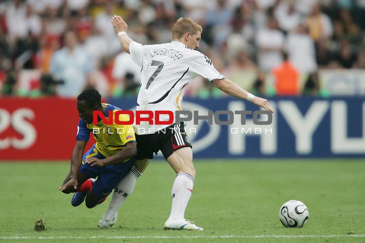 FIFA WM 2006 -  Gruppe A  Vorrunde ( Group A )<br /> Play   #33 (20-Jun) - Ecuador - Deutschland 0:3<br /> <br /> Bastian Schweinsteiger (rechts) von Deutschland blockt Christian Lara (links) von Ecuador.<br /> <br /> Foto &copy; nordphoto