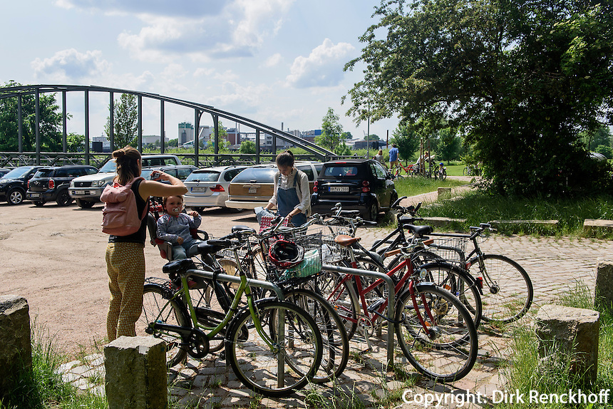 Radfahrer auf der Entenwerder Halbinsel in Rotheburgsort, Hamburg, Deutschland<br /> Cyclist on Entenwerder peninsula in Rotheburgsort, Hamburg, Germany