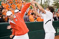 13-4-08, Macedonie, Skopje, Daviscup, Macedonie- Nederland,  Robin Haase giet de champagne over Thiemo de Bakker nadat Nederland zich heeft geplaatst voor promotie wereldgroep