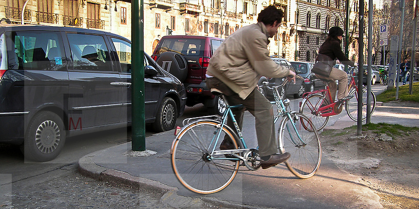 13-03-05 Milano: pista ciclabile nei pressi del Castello Sforzesco..Cycle Track around to Sforza Castle in Milan