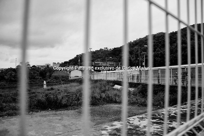 El Ceibo Tabasco 20/Noviembre/2014.<br /> Cruce fronterizo v&iacute;a terrestre vehicular, Guatemala (El Ceibo) - M&eacute;xico (Sue&ntilde;os de Oro).<br /> Se realiz&oacute; en El Ceibo (Guatemala) o Sue&ntilde;os de Oro (M&eacute;xico), los tr&aacute;mites correspondientes de la documentaci&oacute;n necesaria por migraci&oacute;n de las Madres que viene a territorio mexicano a embarcarse en la D&eacute;cima Caravana Movimiento Migrante Mesoamericano nombrada &ldquo;Puentes de Esperanza&rdquo;, donde fueron recibidos y acompa&ntilde;ados en todo momento por Fray Tom&aacute;s y Martha S&aacute;nchez fundadora y coordinadora de la caravana, dichas madres son procedentes de Honduras, Guatemala, Nicaragua, El Salvador y de algunos otros pa&iacute;ses de Sudam&eacute;rica, con el &uacute;nico prop&oacute;sito de encontrar a sus familiares desaparecidos que salieron procedentes de sus pa&iacute;ses de origen.<br /> Todos los derechos reservados.