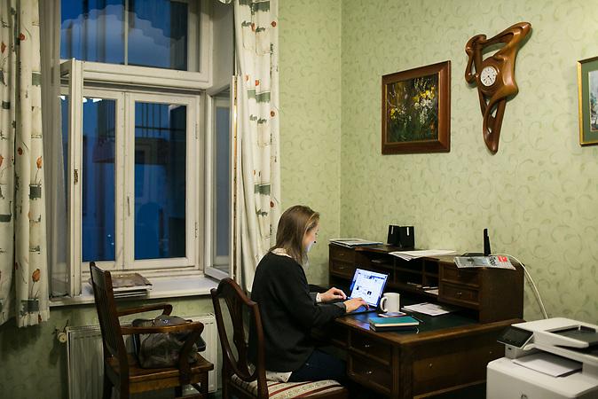 Marija Jepifanowa ist Journalistin. Sie ist nach Riga gezogen, um f&uuml;r die baltische Ausgabe der Nowaja Gazeta zu arbeiten. Die oppositionelle Zeitung kann sich keine eigenen Redaktionsr&auml;ume in Riga leisten, deshalb ist Jepifanowas Schreibtisch in ihrer Altbauwohnung gleichzeitig ihr Arbeitsplatz.<br /><br />Seit einigen Jahren wandern vermehrt Russen in das benachbarte Lettland aus - derzeit sind 50.000 russische Staatsb&uuml;rger in Besitz einer st&auml;ndigen Aufenthaltsgenehmigung in dem baltischen Land.<br />Seitdem Lettland 2004 Teil der Europ&auml;ischen Union ist, sind etwa zehn Prozent der Letten emigriert. In der Hauptstadt Riga bieten sich f&uuml;r junge Zuwanderer besonders auch beruflich aussichtsvolle Perspektiven.