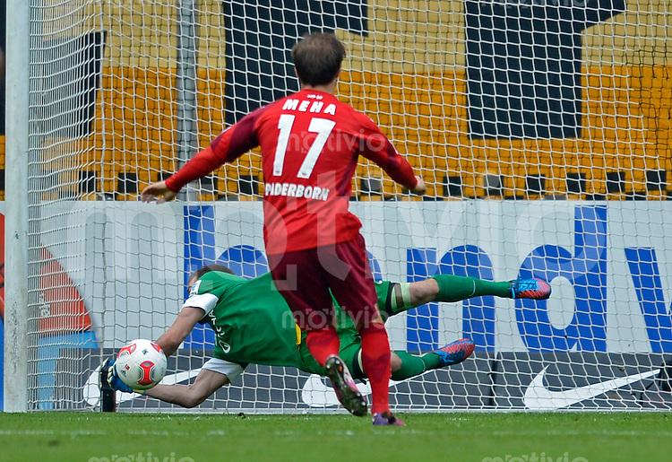Fussball, 2. Bundesliga, Saison 2012/13, SG Dynamo Dresden - SC Paderborn, Freitag (03.05.13),  Dresdens Torwart Benjamin Kirsten haelt gegen Paderborns Alban Meha einen Elfmeter.