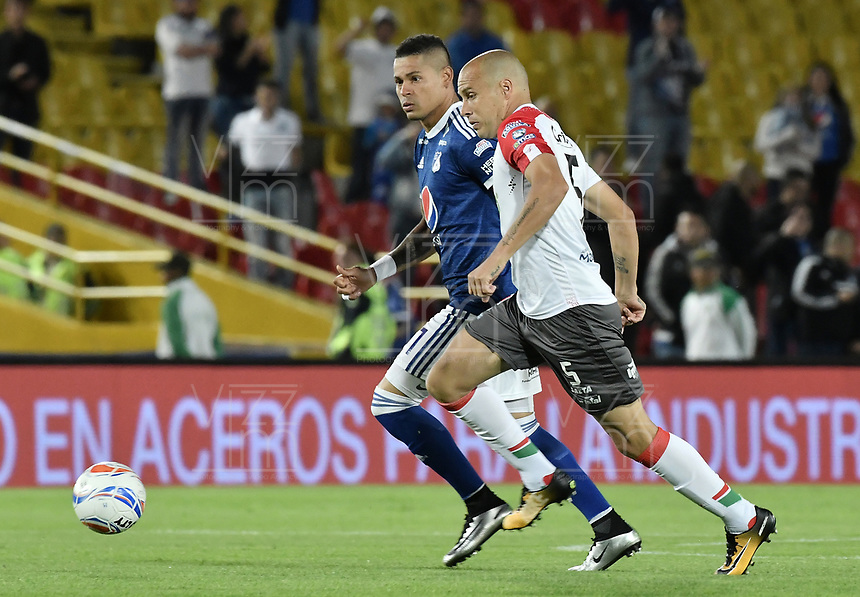 BOGOTA - COLOMBIA, 22-09-2018: Ayron del Valle (Izq) jugador de Millonarios disputa el balón con Andres F Correa (Der) jugador de Once Caldas durante partido por la fecha 11 de la Liga Águila II 2018 jugado en el estadio Nemesio Camacho El Campin de la ciudad de Bogotá. / Ayron del Valle (L) player of Millonarios fights for the ball with Andres F Correa (R) player of Once Caldas during the match for the date 11 of the Liga Aguila II 2018 played at the Nemesio Camacho El Campin Stadium in Bogota city. Photo: VizzorImage / Gabriel Aponte / Staff.