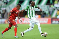 MEDELLÍN -COLOMBIA - 04-06-2016: Victor Ibarbo (Der) jugador de Atlético Nacional disputa el balón con Fabian Viafara (Izq) jugador de Rionegro Águilas durante partido de vuelta de los cuadrangulares finales de la Liga Águila I 2016 jugado en el estadio Atanasio Girardot de la ciudad de Medellín./ Victor Ibarbo (R) player of Atletico Nacional  fights for the ball with Fabian Viafara (L) player of Rionegro Aguilas during the second leg match of the finals quadrangular of the Aguila League I 2016 at Atanasio Girardot stadium in Medellin city. Photo: VizzorImage/León Monsalve/STR