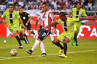 BARRANQUILLA- COLOMBIA -21-05-2016: Jarlan Barrera (Izq) jugador de Atletico Junior disputa el balón con Edwin Velasco (Der) jugador de Cortulua, durante partido entre Atletico Junior y Cortulua, de la fecha 19 de la Liga Aguila I-2016, jugado en el estadio Metropolitano Roberto Melendez de la ciudad de Barranquilla. / Jarlan Barrera (L) player of Atletico Junior vies for the ball with Edwin Velasco (R) player of Cortulua, during a match between Atletico Junior and Cortulua, for date 19 of the Liga Aguila I-2016 at the Metropolitano Roberto Melendez Stadium in Barranquilla city, Photo: VizzorImage  / Alfonso Cervantes / Cont.