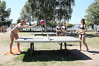 Fußball-Tischtennis spielen Helena Mann (l.) und Jana Zajicek (r.), Jessica Bechtold und Terea Hofmann sehen zu