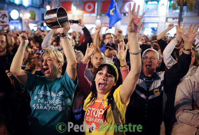 People make noise as they take part in a casserole march to protest against government's austerity reforms and the public payment of bank's debts on October 13, 2012 in Madrid. © Pedro ARMESTRE