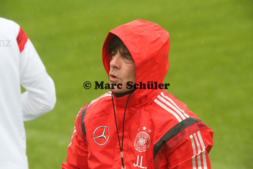 Bundestrainer Joachim Löw mit seiner Regenjacke - Training der Deutschen Nationalmannschaft  zur WM-Vorbereitung in St. Martin