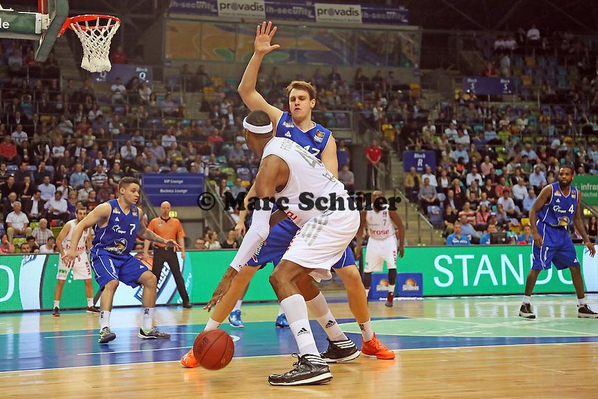 D'Or Fischer (Bamberg) gegen Johannes Voigtmann (Skyliners) - Fraport Skyliners vs. Brose Baskets Bamberg, Fraport Arena Frankfurt
