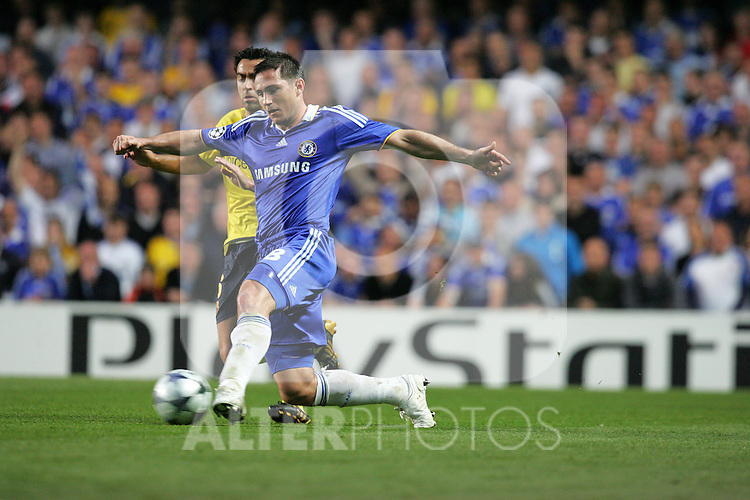 Frank Lampard of Chelsea takes on Xavi of Barcelona during the UEFA Champions League Semi Final Second Leg match between Chelsea and Barcelona at Stamford Bridge on May 6, 2009 in London, England.