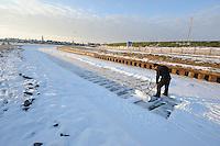 SCHAATSEN: HINDELOOPEN: Elfstedenroute, 06-02-2012, ijsveger Roelof Zweed, ©foto: Martin de Jong