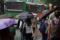 SÃO PAULO, SP - 18.10.2013: CLIMA TEMPO SP -  A Av Paulista região central de São Paulo tem tempo encoberto com chuva, nesta sexta-feira (18). (Foto: Marcelo Brammer/Brazil Photo Press)