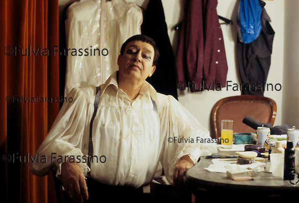 Palermo, 1995, Carmelo Bene nel camerino del Teatro Biondo. Rappresentazione dello spettacolo teatrale Halmet Suite, con Monica Chiarabelli (Ofelia) e Paula Boschi (Giocasta). Carmelo Bene during the representation of the theatrical performance Hamlet Suite with Monica Chiarabelli (Ofelia) e Paula Boschi (Giocasta)