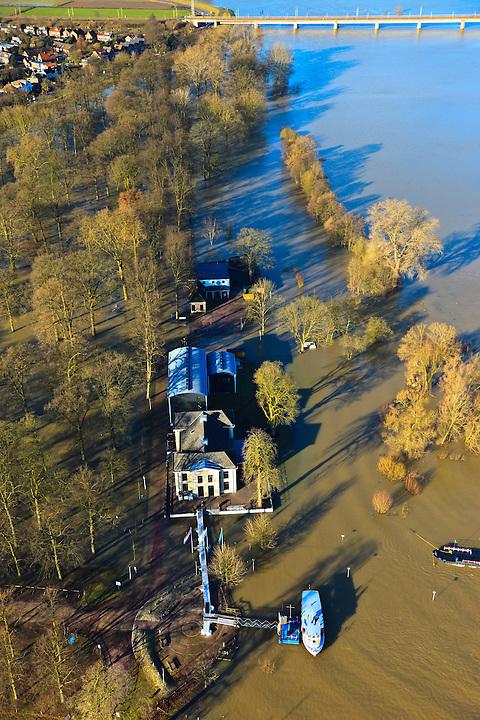 Nederland, Overijssel, Deventer, 20-01-2011. Zicht op het buitendijks en aan de IJssel gelegen park De Worp. Het Worpplantsoen is onderdeel van de stadswijk De Hoven. Het in het park gelegen IJsselhotel is door het hoogwater alleen nog per boot en brug te bereiken..Het in het park gelegen IJsselhotel (Rijksmonument) is door het hoogwater alleen nog per boot te bereiken..View on the flooded park De Worp. The hotel (IJsselhotel) in the park can only be reached by boat, due to the high waters of the river IJssel..luchtfoto (toeslag), aerial photo (additional fee required).copyright foto/photo Siebe Swart