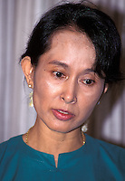 Birma/Myanmar, Rangoon/Yangon, 21 Juli 1995..Aung San Suu Kyi, Algemeen Sekretaris van de NLD oppositie partij spreekt met de pers na haar vrijlating uit huisarrest...Burma/Myanmar, Rangoon/Yangon, July 21 1995..Aung San Suu Kyi, Secretary General of the NLD party speaks with the world press a few days after her release from house arrest...Photo Kees Metselaar