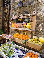Italien, Umbrien, Orvieto: Obst und Gemueseverkauf in der Altstadt | Italy, Umbria, Orvieto: fruit and vegetable stall at old town