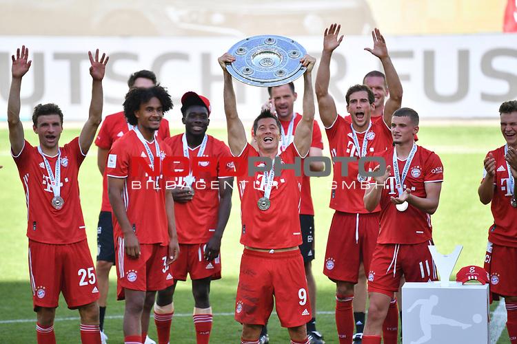 die Bayern mit der Meisterschale, Siegerehrung,<br />Robert LEWANDOWSKI (M) mit der Schale, <br />Jubel, jubeln, Freude, cheers, <br /><br />Sport: Fussball: 1. Bundesliga: Saison 19/20: 34.Spieltag, <br />VFL WOLFSBURG - FC BAYERN MUENCHEN <br />am 27.06.2020 in der Volkswagen Arena Wolfsburg, <br /><br />Nur fuer journalistische Zwecke! <br />Only for editorial use!<br />Gemaess den Vorgaben der DFL Deutsche Fussball Liga ist es untersagt, in dem Stadion und/oder vom Spiel angefertigte Fotoaufnahmen in Form von Sequenzbildern und/oder videoaehnlichen Fotostrecken zu verwerten bzw. verwerten zu lassen. <br />DFL regulations prohibit any use of photographs as image sequences and/or quasi-video.<br />National and International News Agencies OUT<br />NO RESALE!