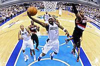 LWS28. DALLAS (TX, EE.UU.), 25/04/2011.- El jugador de Trail Blazers LaMarcus Aldridge (d) trata de bloquear un lanzamiento de Jason Terry (c), Mavericks, hoy, lunes 25 de abril de 2011, durante la segunda mitad del partido por los cuartos de final de la Conferencia Oeste de la NBA en el American Airlines Center de Dallas, Texas (EE.UU.). El ganador de la serie de siete juegos se enfrentará al ganador de la llave entre Lakers de Los Ángeles y Hornets de Nueva Orleans. EFE/Larry W. Smith/PROHIBIDO SU USO EN CORBIS.