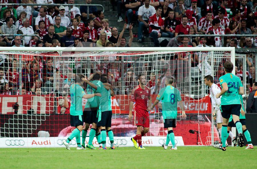 MUNIQUE, ALEMANHA, 27 DE JULHO DE 2011 - COPA AUDI FINAL - BBAYER DE MUNIQUE BARCELONA -  Jogadores do Barcelona - ESP, abraçam o jogador Thiago após marcar o primeiro gol da partida contra o Bayer de Munique-Ger, valida pela final da Copa Audi, em Munique na Alemanha, nesta quarta-feira (27). (FOTO: WILLIAM VOLCOV - NEWS FREE).