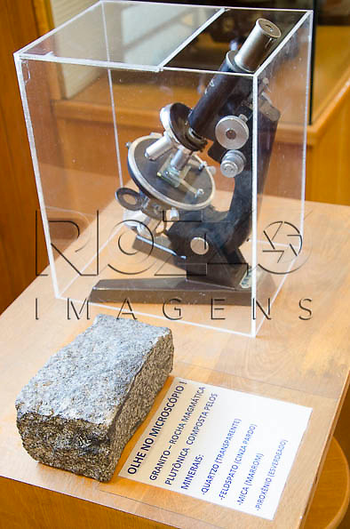 Microscópio e granito, rocha magmática plutônica composta pelos minerais: quartzo, feldspato, mica e piroxênio, no Museu Geológico Valdemar Lefèvre, São Paulo - SP, 07/2014.