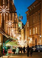 Oesterreich, Salzburger Land, Salzburg: Sigmund Haffner Gasse mit Weihnachtsdekoration | Austria, Salzburger Land, Salzburg: Sigmund Haffner Lane with Christmas Decoration